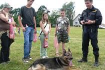 Služebního psa si přišla prohlédnout spousta dětí.