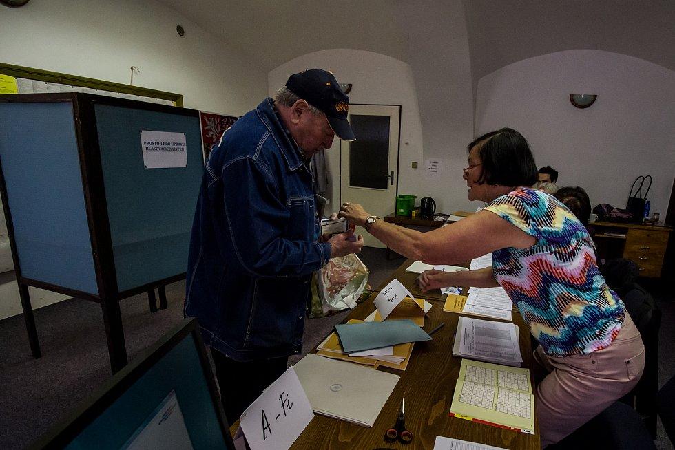 Volební okrsek číslo sedm v Kaplici na náměstí.