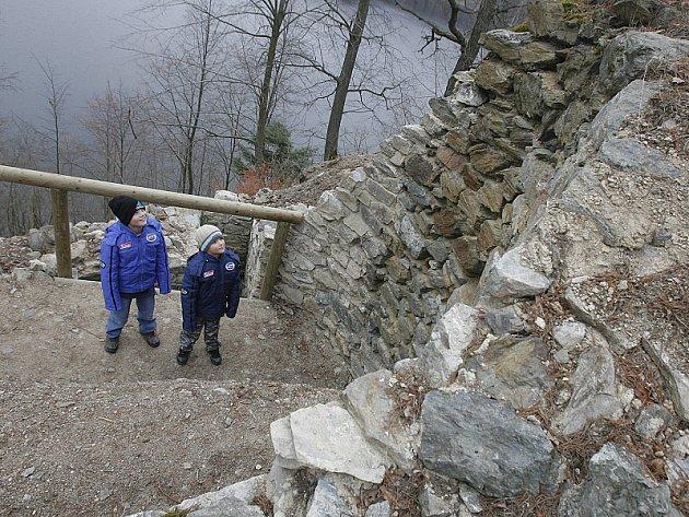 Kamenné zbytky hradu Velešín opět ožily.