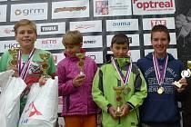 Na snímku části výpravy SK Vltava zleva nejúspěšnější sběratel medailí Jakub Mareš, Štěpánka Kleinová, Eda Furiš (s medailemi oddílového kolegy Vojtěcha Klímy, který na snímku chybí) a Pavel Klein, jehož prvenství na kajaku je nejhodnotnějším výsledkem.
