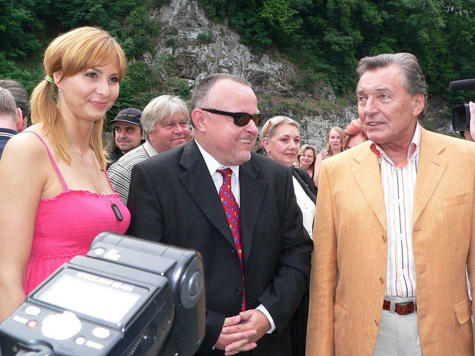 Karel Gott navštívil Český Krumlov 13. července 2005 za doprovodu celé řady známých osobností.