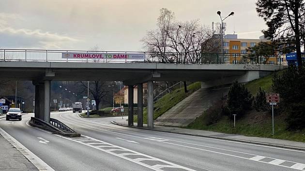 Slogany po Českém Krumlově povzbuzují jeho obyavtele.