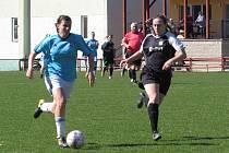 Divize ženy (skupina D) – 12. kolo: FK Spartak Kaplice (modré dresy) – TJ Sokol Sezimovo Ústí 1:0 (1:0).