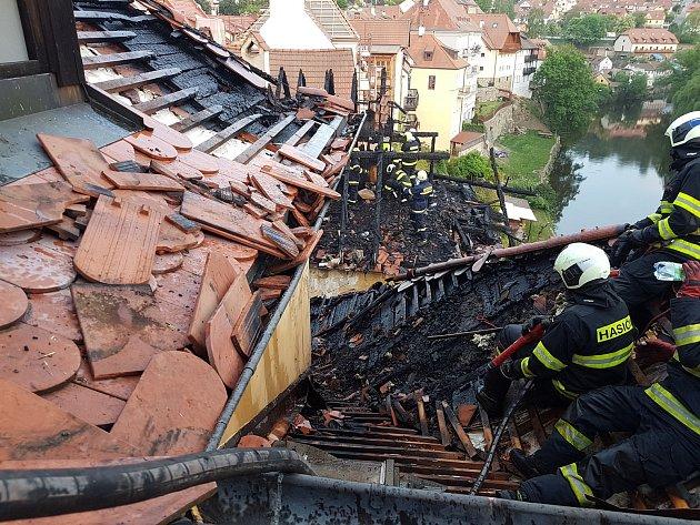 Podle projektanta jsou vhotelu Myší díra prohořené části krokví, ale statika budovy narušena nebyla.