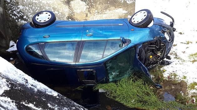 Šoférka naštěstí při pádu vozu do potoka neutrpěla žádné zranění.