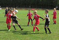 OP starší přípravky (5+1) – 1. kolo: FC Velešín (červené dresy) – FK Spartak Kaplice 7:2 (2:1).