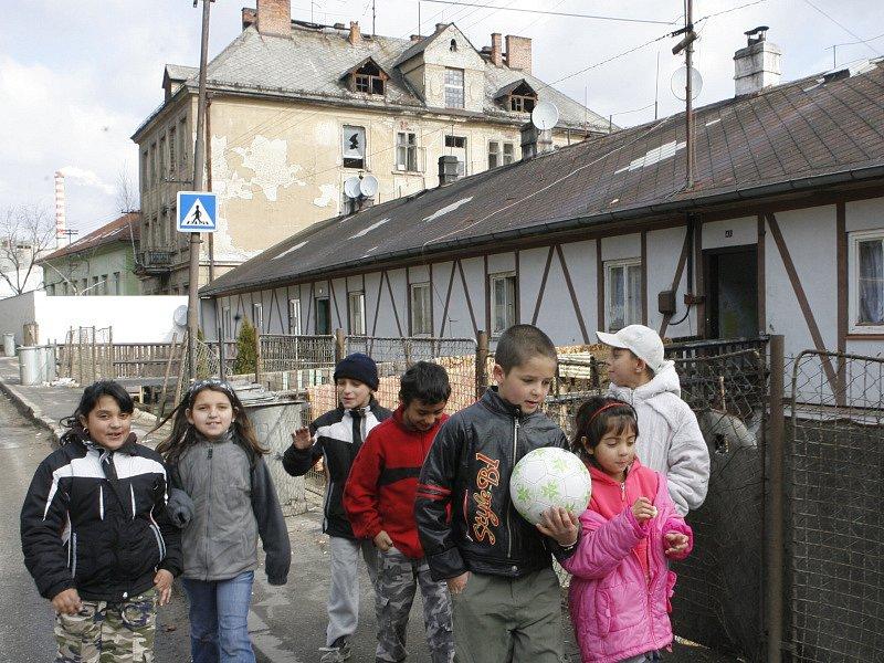 """Obyvatelé Větřní to nemají jednoduché.  Vedle sebe tam musí  žít  a vzájemně se spolu srovnat tři skupiny obyvatel. """"Bílí"""", romští starousedlíci a romští přistěhovalci."""