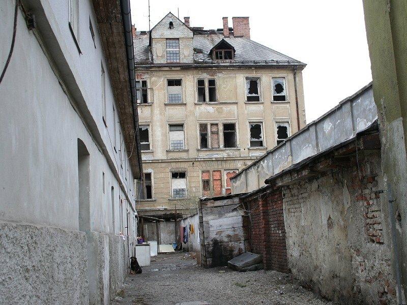 Romové žijí v místním ghettu ve velmi špatných podmínkách.