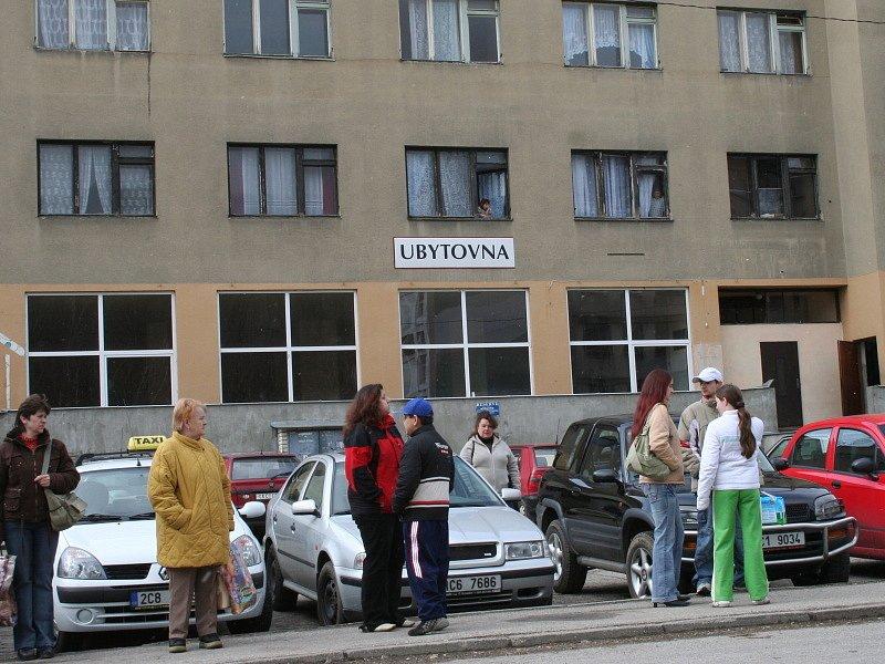 Větřínská ubytovna, již obývají nově příchozí Romové.