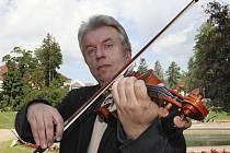 Vynikajícím zážitkem jistě bude čtvrteční  benefiční koncert virtuosa Jaroslava Svěceného v Kaplici.