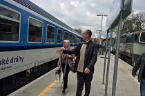 Příležitost svézt se prvním expresem, který jede z Prahy až na Šumavu, si nenechaly v pátek dopoledne ujít ani některé osobnosti Českého Krumlova. Na snímku nastupují do vlaku starosta Krumlova Dalibor Carda a radní Jitka Zikmundová