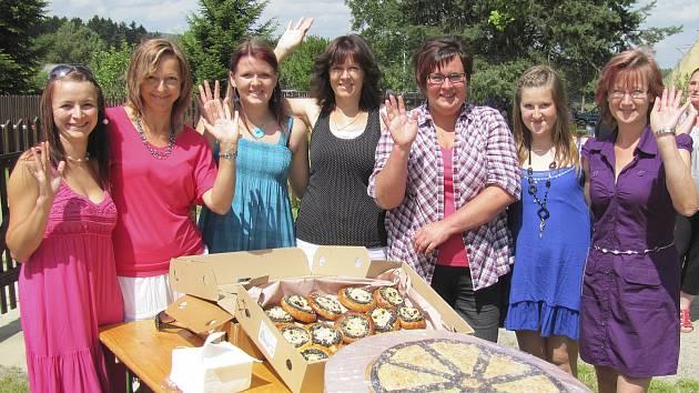 A ženám na snímku je potřeba  za tu horu koláčů v Bujanově poděkovat. Jsou to dvě Pavlíny Kopačkové, mladší a starší, Eva Korejtková, Petra Detourová a Jiřina Turnhöferová.