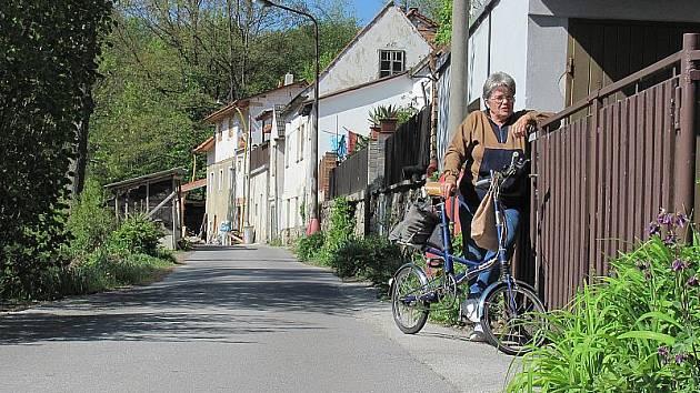 Silnice se v těchto místech už začíná propadat směrem k Polečnici.