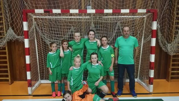 Mladé fotbalistky z Krumlovska s trenérem Rostislavem Krátkým na turnaji okresních výběrů ve Strakonicích.