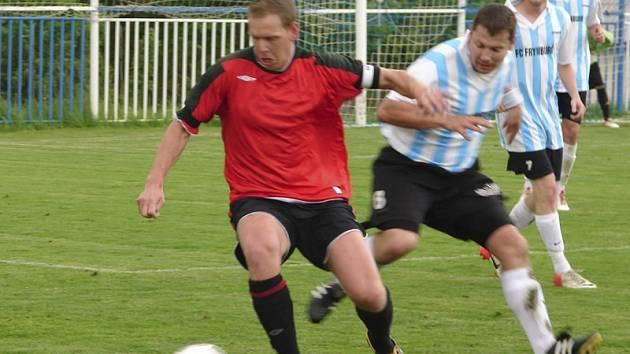 Poslední utkání v aktivní fotbalové kariéře ohlásil po derby šlágru frymburský matador Radek Michal (na snímku vpravo v popředí v souboji s větřínským kapitánem Janem Skokem) – a loučení to bylo pro tuto oporu FC Šumava vítězné.