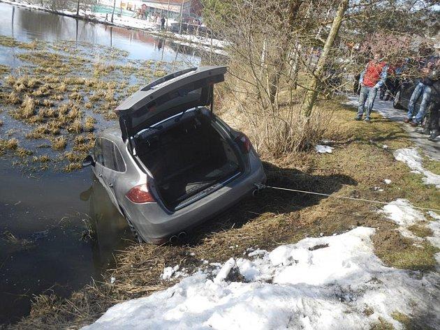 Porsche sjelo do vody.
