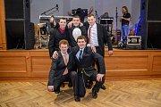 Hasiči se v Holubově na plese výborně bavili. Hasiči z Třísova si spravili chuť vítězstvím v soutěži praskání balonků.