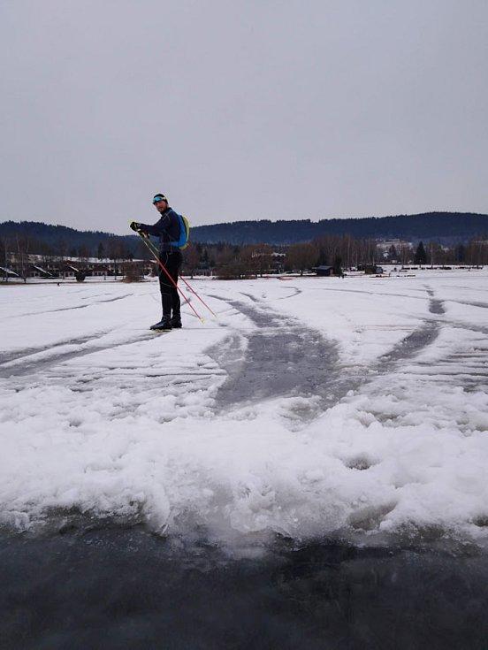 Na Lipně se bruslí, varování navzdory, led ale kvůli teplotám nad nulou taje a jsou v něm pukliny, díry i místa zalitá vodou.