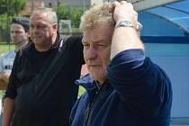 Krumlovský trenér Václav Domin (v popředí, na snímku s asistentem Jiřím Černým) má po nepovedeném podzimním finiši zelenobílých před jarem o čem přemýšlet.