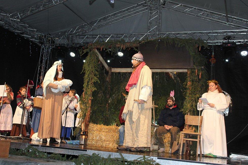 Představení živého betlému trochu jinak viděli diváci na kaplickém náměstí.