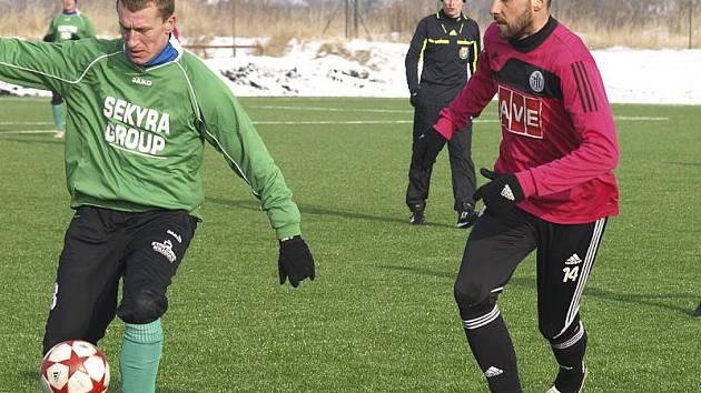 Pro fotbalisty Slavoje byl přípravný duel s prvoligovým Dynamem cennou zkušeností a jistě i nezapomenutelným zážitkem (vlevo u míče krumlovský útočník Václav Beránek v souboji s budějovickým kapitánem Romanem Lengyelem).
