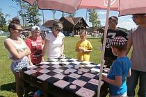 Spousta zajímavých her a soutěží čekala děti na pláži u lipenského jezera.