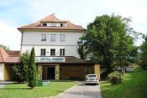 Hotel Golf ve Větřní v září 2018. Zatím v něm bydlí dělníci z firem na Krumlovsku, kteří odtud každý den odjíždějí za prací.