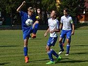 OP starší žáci – 26. kolo: FK Nová Ves / Brloh (bílé dresy) – FC Velešín 0:12 (0:5). U míče kanonýr Tomáš Dzietonický.