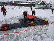 Zimní výcvik hasičů z Českokrumlovska na lipenském jezeře.