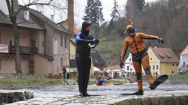 Odvážní plavci se opět namočí do studené Vltavy a budou závodit o titul Krumlovského hastrmana.