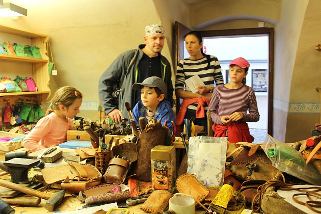 Tradiční řemeslná sobota v českokrumlovském klášteře přilákala ty, kteří si na vlastní kůži chtěli vyzkoušet, co které řemeslo obnáší.
