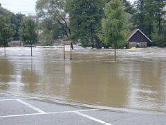 Zaplaveno bylo i parkoviště vedle Restaurace U Ševčíků.