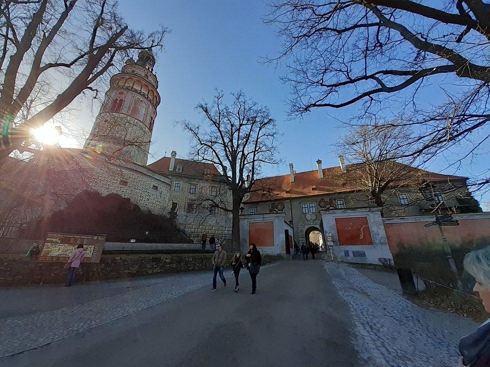 Téměř jarní počasí přilákalo do Českého Krumlova v sobotu výletníky. Zámecký areál.