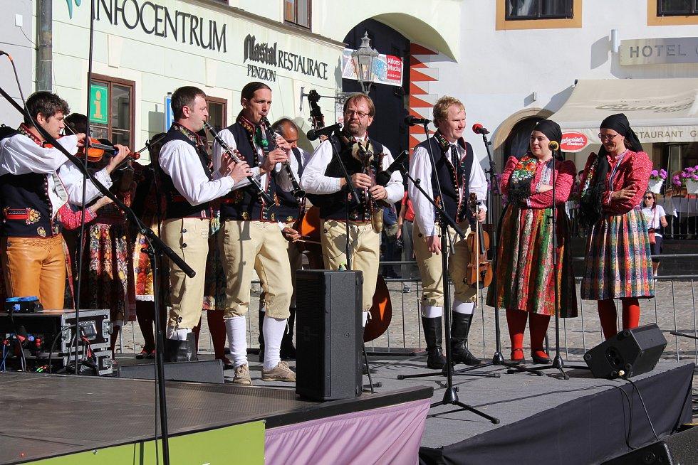 Plzeňský soubor Mladina vlil do diváků radost a energii, kterými na pódiu oplýval.