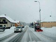 Cesta z Českého Krumlova na Holubov. S opatrností sjízdné, stále sněží, klouže to, tak pozor.