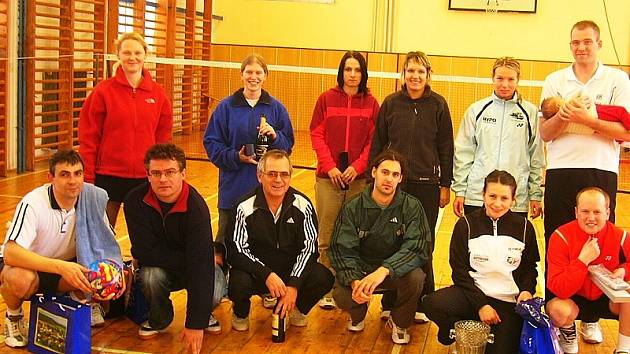 Vánoční turnaj mixů v Křemži je už dlouhá léta vítanou příležitostí zahrát si v nemistrovském klání kvalitní badminton a v příjemné sváteční atmosféře strávit čas se spoluhráči a přáteli. Na snímku z posledního ročníku účastníci Vánočních mixů 2007.