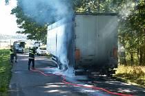 Vznícení  spodku návěsu převážejícího štěpky připravilo perné chvilky řidiči kamionu u Dluhoště.