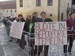 Lidé čekají na prezidenty na prvním zámeckém nádvoří.