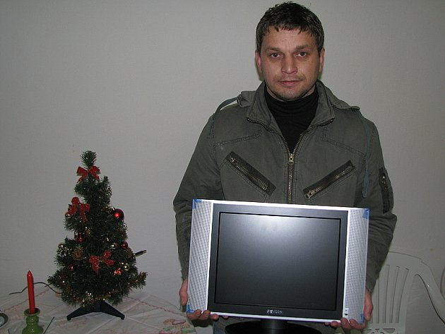 Michal Procházka si za vítězství v podzimní části Fortuna ligy odnesl z redakce LCD televizor.