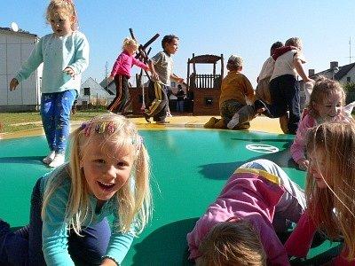 """""""To je žůžo skákat si na takovéhle  pérovací peřině!""""  rozplývaly se děti, zatímco učitelky dumaly, jestli teď nebudou  při hlídání dětí venku  potřebovat pomoci."""