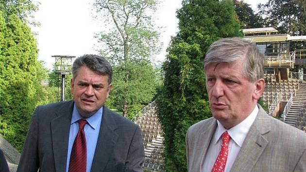 Jednání o českokrumlovském otáčivém hledišti se uskutečnila přímo v zámecké zahradě, v letohrádku Bellarie. Ministr Riedelbauch vpravo.