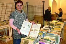 Mezi vyřazenými knihami lze v českokrumlovské knihovně objevit i exempláře pěkně ilustrované. Stránky o vynálezech ukazuje knihovnice Jaroslava Valtrová.