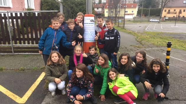 Žáci 5.B křemežské základní školy se rozhodli splnit sen svému kamarádovi. Vyrábějí dadventní dárky a zvou veřejnost na vánoční koncert. Ze získaných peněz mu pak koupí hledačku kovů.