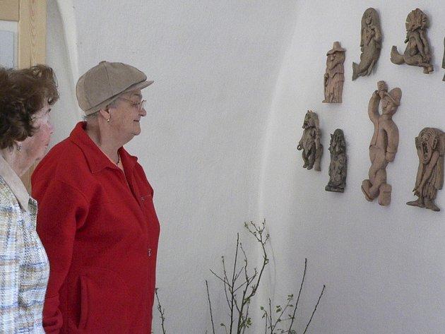 Strašidýlka ze dřeva mile doplňují novou výstavu fotografií v domě zvaném Kantůrkovec ve Velešíně. K vidění bude do 26. dubna.