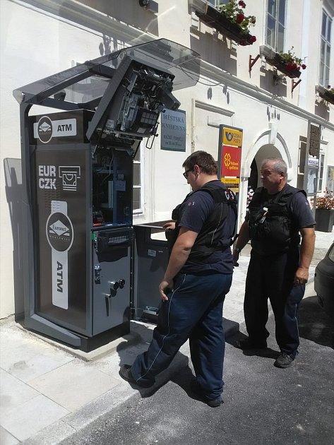 V Rožmberku nad Vltavou mají nový bankomat. Stojí na náměstí u městského úřadu.