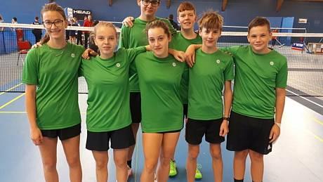 Úspěšná výprava mladých krumlovských badmintonistů, kteří na MČR žákovských družstev obsadili čtvrté místo. Foto: archiv SKB ČK