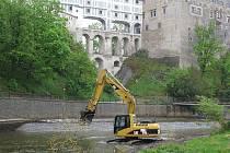 Prohrábka českokrumlovského koryta řeky Vltavy v rámci protipovodňových opatření.