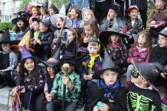 Malé čarodějnice a čarodějové z krumlovské školky Vyšehrad vyrazili do ulic na čarodějný průvod.