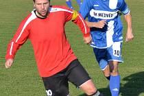 STEJNĚ jako na podzim derby vyhráli Novoveští v čele s kapitánem Jiřím Vlčkem (u míče před velešínským kapitánem Filipem Kukačkou).