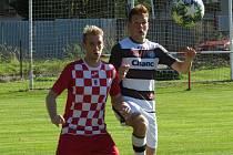 Fotbalisté Velešína (v červeném) podlehli v derby I.A třídy Kaplici 0:2.